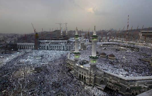 Un chantier a été engagé pour agrandir la superficie de la mosquée de 400 000 mètres carrés. L'édifice religieux est ainsi entouré de plusieurs grues utilisées pour exécuter ces travaux.
