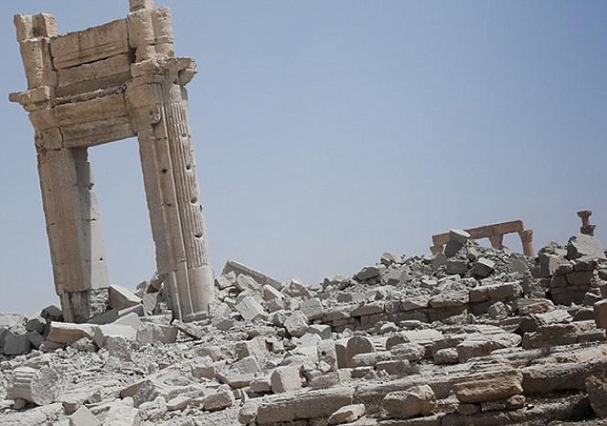 Après l'explosion du grand temple Bêl, il ne reste que la porte d'entrée et des blocs de pierre taillée en mille morceaux. Image diffusée par le site du magazine