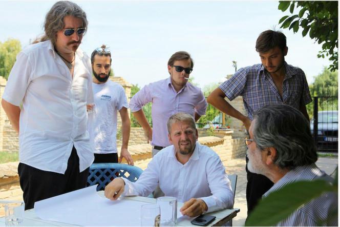 Le Danois Niklas Nikolajsen (à gauche) et le Tchèque Vit Jedlicka (assis au centre), les deux artisans du Liberland.