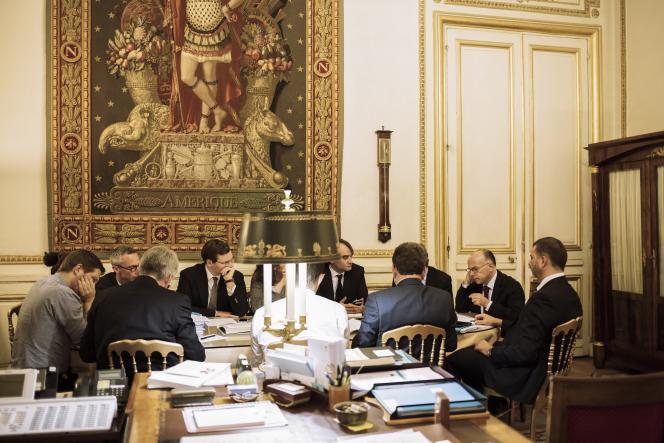Réunion autour de Bernard Cazeneuve (à droite), au ministère de l'intérieur, vendredi 11 septembre.