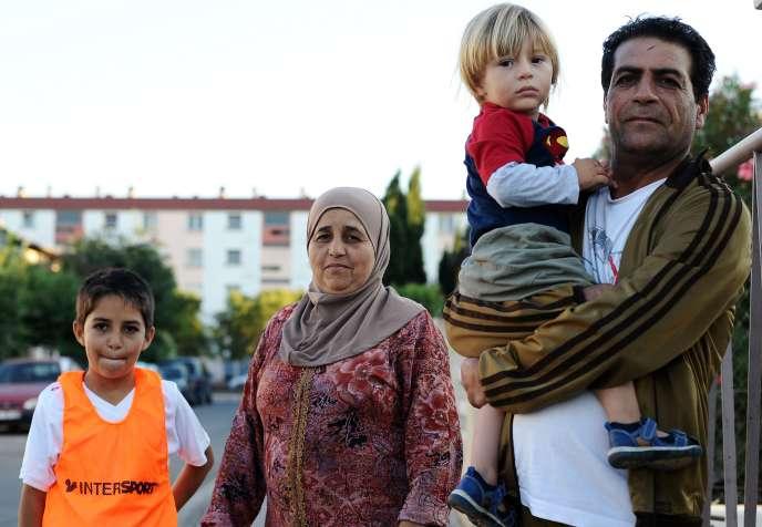 Une famille de réfugiés syriens ayant trouvé hébergement dans une HLM du quartier des Izards, au nord de Toulouse, le 5 septembre.