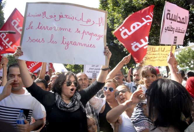 Un millier de Tunisiens ont manifesté samedi contre un projet de loi controversé d'amnistie des délits de corruption.