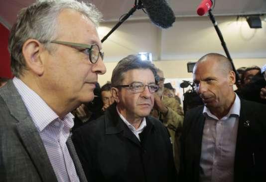 L'ex-ministre grec des finances Yannis Varoufakis avec le secrétaire national du PCF, Pierre Laurent, et le président du Front de gauche, Jean-Luc-Mélenchon, à la Fête de l'Humanité, à La Courneuve, samedi 12 septembre 2015.