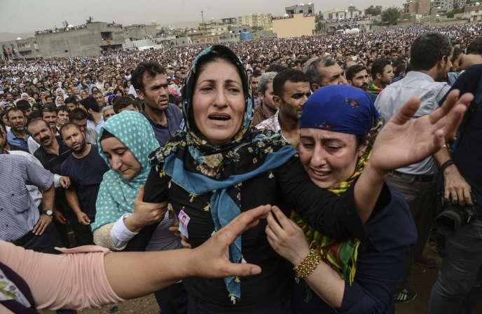 Pendant la levée du couvre-feu sur Cizre, les familles de personnes tuées lors des combats de ces dernières semaines ont pu organiser les funérailles de leurs proches.