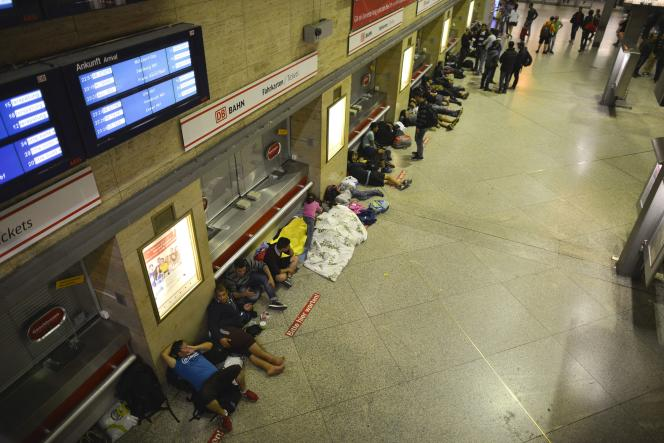 Durant la nuit de samedi à dimanche quelques dizaines de demandeurs d'asile ont dû dormir dehors à même le sol sur des matelas isotherme et avec des couvertures, faute de place dans les centres, selon la radio-télévision publique bavaroise BR.