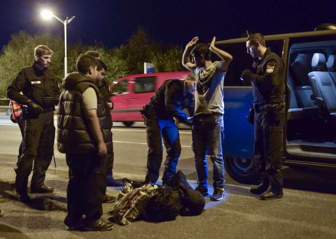 Contrôle de police à la frontière germano-autrichienne, près de la ville de Freilassing, le 13 septembre après que Berlin a pris la décision de rétablir provisoirement le contrôle aux frontières pour limiter l'entrée de migrants.