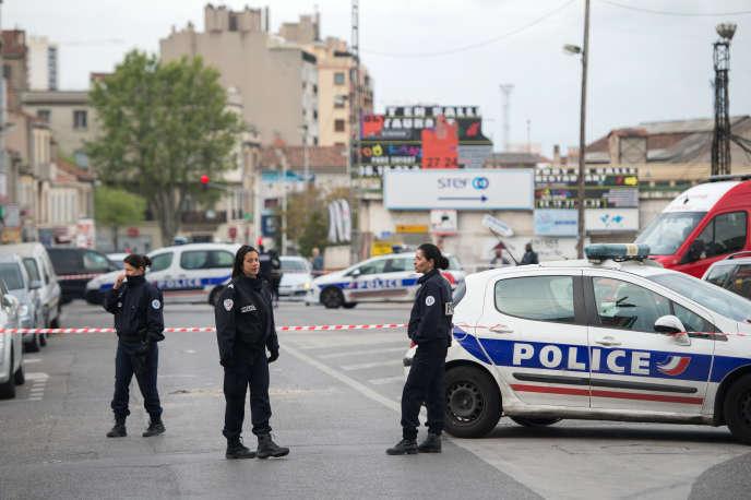 Un groupe à bord d'une voiture aurait fait feu sur le bar avec une ou plusieurs armes de gros calibre, semble-t-il pour se venger à la suite d'une dispute avec un vigile, a précisé Brice Robin, le procureur de Marseille.