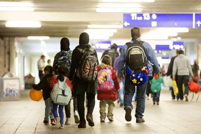 Une famille migrante arrive à Berlin pour demander l'asile en Allemagne, en septembre 2015.