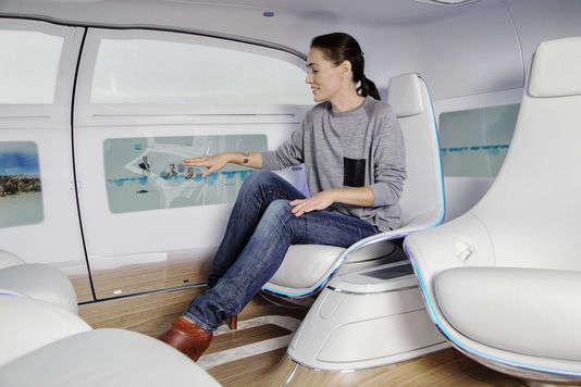 Sièges en vis-à-vis, écrans sur les parties latérales, la F015 concept car Mercedes Benz.
