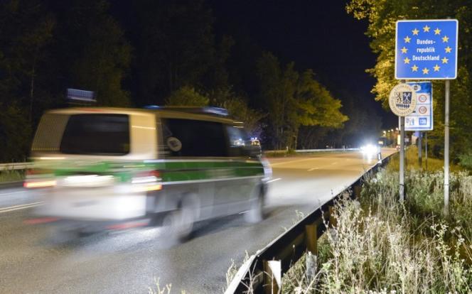 Une voiture de police traverse la frontière allemande.