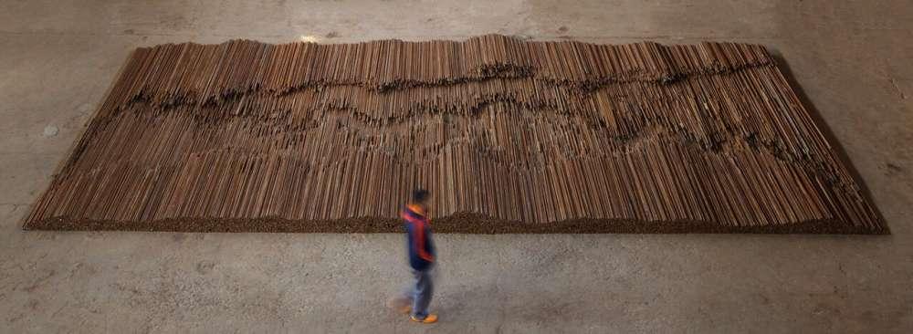 « Après le tremblement de terre dévastateur au Sichuan en 2008, Ai a clandestinement récupéré 200 tonnes de barres tordues d'armature (ce sont des tiges d'acier utilisées dans la construction de bâtiments en béton armé) destinées au recyclage, et les a ramenées à son studio de Beijing. Les barres ont ensuite été redressées à la main afin de leur redonner la forme qu'elles auraient eue avant d'être coulées dans le béton puis déformées par le tremblement de terre. Ai a créé ce sobre monument en mémoire des victimes de cette catastrophe. »