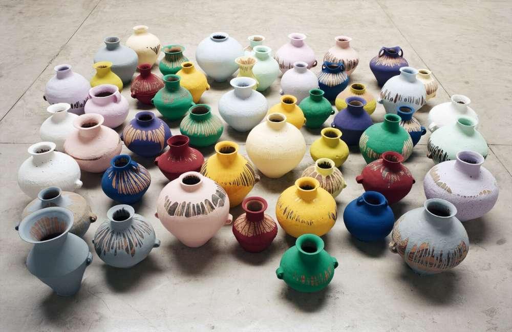 « Depuis son retour en Chine en 1993, Ai travaille de manière systématique avec la céramique. Il achète sur les marchés ou chez les antiquaires de la vaisselle ancienne, allant de la poterie néolithique à la porcelaine de la dynastie Qing, qu'il regroupe et classe par périodes et styles, avant d'intervenir lui-même. Ai est conscient que le marché de l'art est rempli de contrefaçons vendues comme des originaux, seuls les experts pouvant faire la différence. La création de ces contrefaçons l'intéresse beaucoup car elle requiert les mêmes compétences et méthodes traditionnelles que les originaux. La question de l'authenticité est donc centrale dans le travail d'Ai Weiwei. Celle de la valeur a également une grande place. Un vase néolithique plongé dans la peinture a-t-il plus de valeur en tant qu'œuvre contemporaine ou dans sa version originale ? En Chine, pays marqué par un développement et des changements extrêmement rapides, Ai expose les tensions qui existent entre l'ancien et le nouveau. »