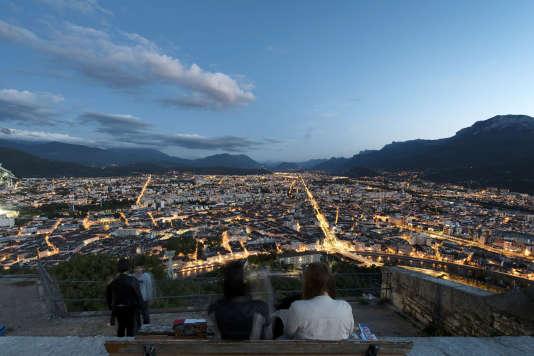 Grenoble, vue depuis le fort de la Bastille. Seuls les « grands boulevards », cernant le centre par le sud, ou quelques axes qui desservent la périphérie, restent limités à 50 km/h.
