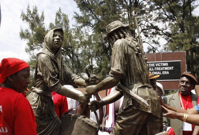 Dévoilée le 12 septembre à Nairobi, la statue représente un combattant Mau Mau recevant un panier de nourriture d'une femme complice.