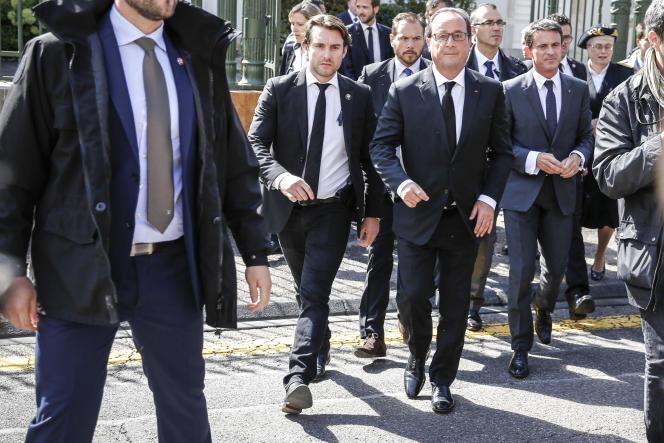Bain de foule pour François Hollande, président de la république, et le Premier ministre, Manuel Valls, devant la préfecture de Haute-Saone à Vesoul.