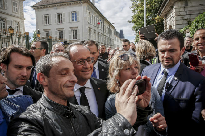 François Hollande, président de la république, sort lundi 14septembre du comité interministériel chargés des ruralités, à la préfecture de Haute-Saône, à Vesoul.