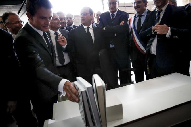 François Hollande et  Manuel Valls lors d'une visite d'entreprise à Saint-Loup-sur-Semouse (Haute-Saône), lundi 14 septembre.
