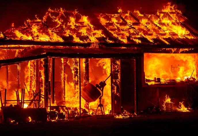 Au moins 86 maisons et 51 immeubles ont été détruits et quelque 6 400 habitations sont encore menacées.