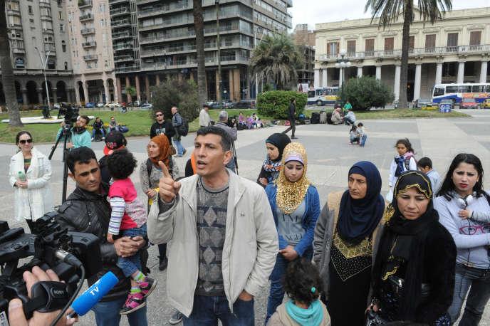 Des réfugiés syriens sur la place de l'Indépendance à Montevideo, le 7 septembre 2015.