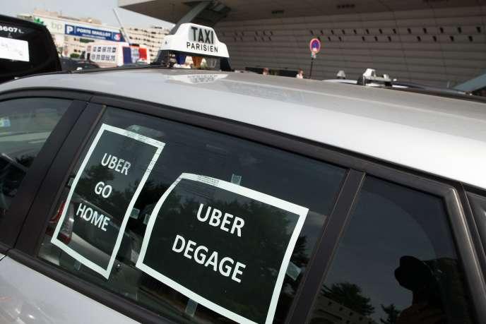 Lors de la manifestation des chauffeurs de taxis contre Uber, le 25 juin, à Paris.