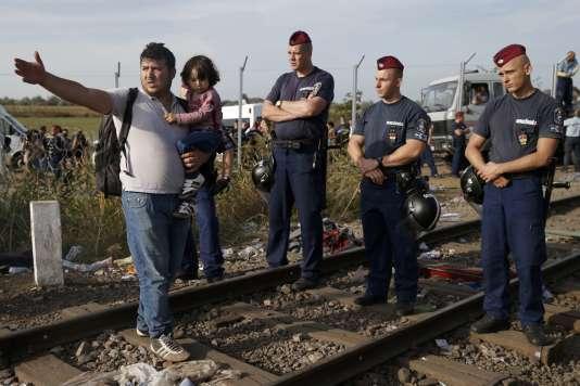 A Röszke, les policiers hongrois empêchent désormais le passage des migrants.