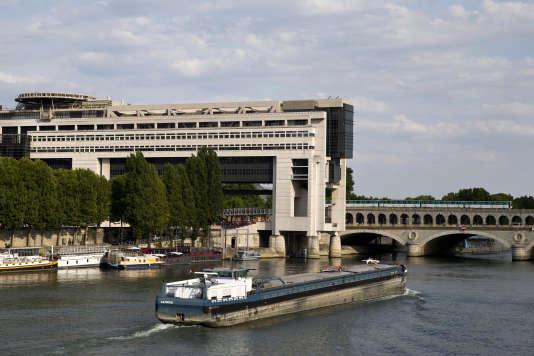 Le ministère français de l'économie, des finances et de l'industrie, symbole de l'Etat tout-puissant, le long de la Seine, dans le quartier de Bercy à Paris, enaoût2015.