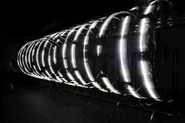 Installation cinétique, visuelle et sonore, cette œuvre – intitulée « Parsec » – a été conçue et réalisée par Joris Strijbos et Daan Johan (réunis sous le nom de  Macular : un collectif d'artistes néerlandais travaillant sur l'art, la science et la perception). Dotée de 16 bras lumineux, cette « machine  organique » – située dans un tunnel – invite à la réflexion sur les liens étroits qui unissent la nature à la technologie.
