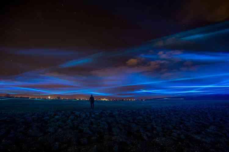 Daan Roosegaarde explore dans ses installations lumineuses la relation entre  l'homme, la technologie et l'espace. Ici, il propose un univers poétique qui symbolise la montée des eaux aux Pays-Bas, « dessinant une grande vague  bleue flottant à près de trois mètres du sol ».