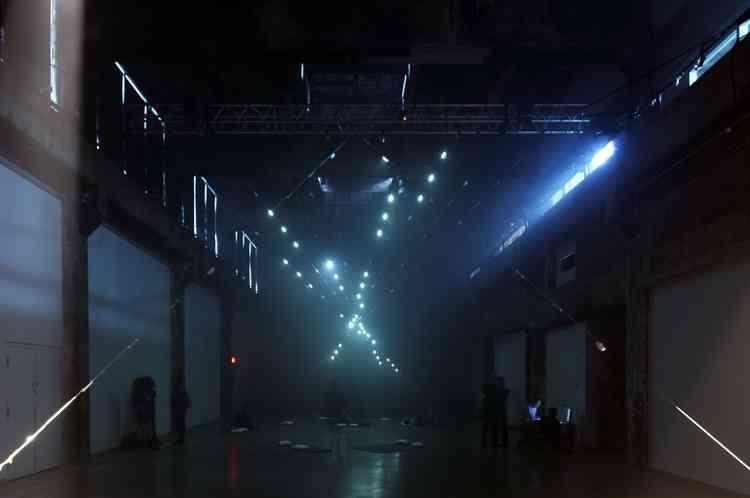 En se fondant sur les « Polytopes » du compositeur Iannis Xenakis, Chris Salter – artiste et professeur à l'université Concordia de Montréal – combine éclairage laser, son et mathématiques. Il crée une installation visuelle où la lumière tranche l'espace et donne corps à l'œuvre.