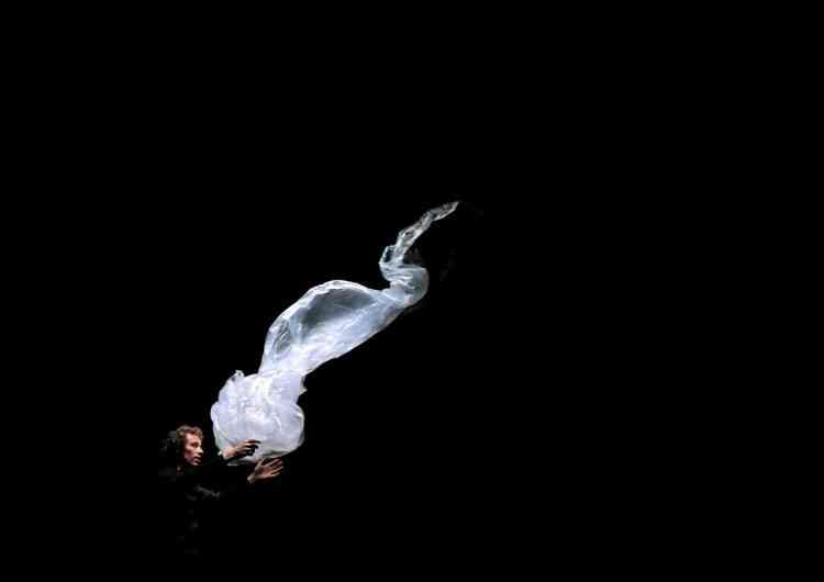 Baptisée « Projet Fantôme », cette œuvre reste énigmatique : elle témoigne d'une relation avec l'au-delà, d'une âme errante qui ne communique qu'à travers un corps en suspens. Formé au Centre national des arts du cirque, Etienne Saglio use de la magie et de l'illusion dans ses propositions plastiques.