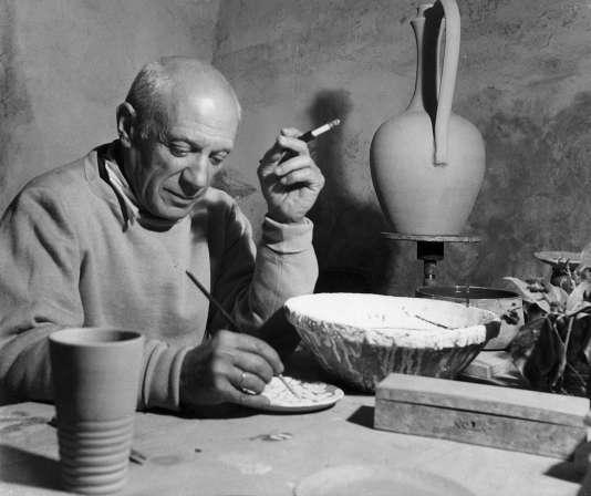 Pablo Picasso dans son atelier de Vallauris en avril 1949.
