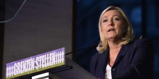 """Marine Le Pen au colloque """"Grenzen stellen"""" (""""fixer des frontières) organisé par le parti nationaliste flamand Vlaams Belang, le 15 septembre à Bruxelles."""