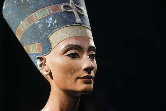 Un égyptologue britannique, selon qui la célèbre reine aurait été enterrée dans une chambre secrète du tombeau de Toutankhamon, arrivera à la fin de septembre en Egypte pour des fouilles.