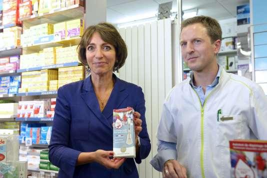 Marisol Touraine présente un kit de dépistage d'infection au VIH dans une pharmacie de Paris le 14 septembre 2015.