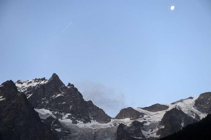 L'avalanche s'est déclenchée vers midi au Dôme de neige des Ecrins (4 015 mètres), un sommet très fréquenté par les alpinistes amateurs en raison de sa facilité d'accès, selon une source proche des secours. (Vue de la Meije, à la bordure nord-ouest du massif des Ecrins).