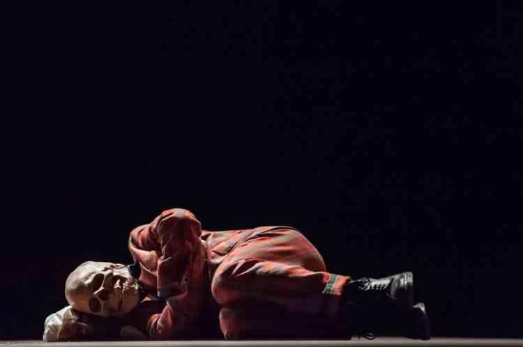 Massimo Furlan, ancien élève de l'Ecole d'art de Lausanne, fait ici référence au monde de l'enfance et à ses manèges : l'artiste a demandé à douze « penseurs », vêtus d'un  masque de tête de mort, de clamer des récits évoquant la mort, le temps qui passe, la disparition… au sein même d'un carrousel. Une étrange chorégraphie qui transforme le mot en acte théâtral.