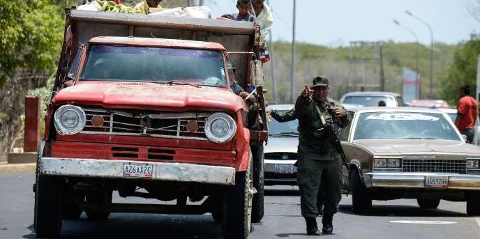 Des militaires vénézuéliens, au checkpoint de Paraguachon, à la frontière avec la Colombie, le 14 septembre.