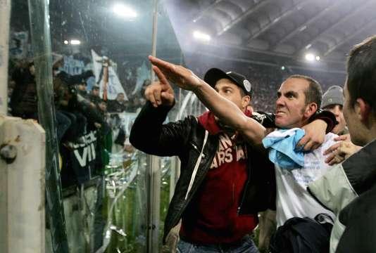 Paolo di Canio fait un salut amical aux tifosi de la Lazio.