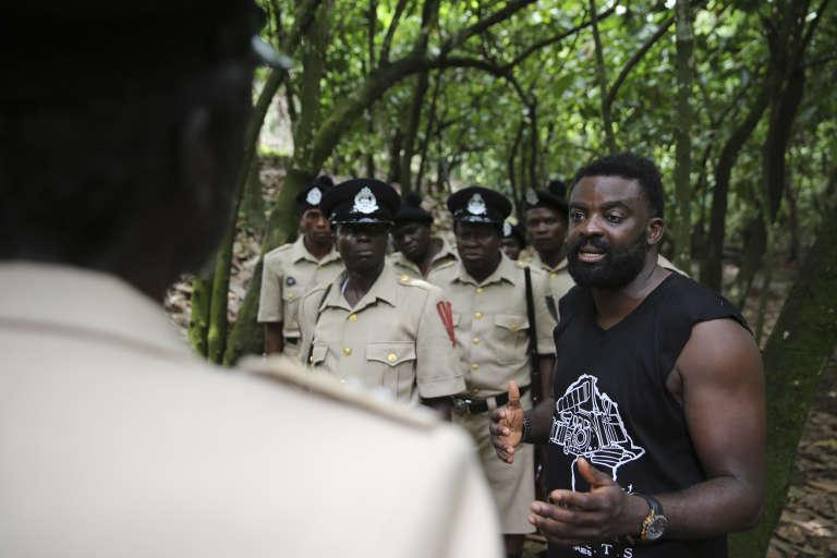 """Kunle Afolayan (droite) dirige une scène sur le tournage de """"October 1"""", le 24 août 2013."""