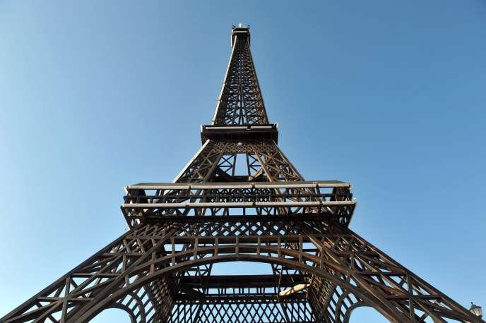 Des vidéos sur YouTube immortalisent ainsi des sauts depuis les édifices les plus hauts de la capitale, la tour Eiffel, la tour Montparnasse ou des immeubles du quartier d'affaires de la Défense.