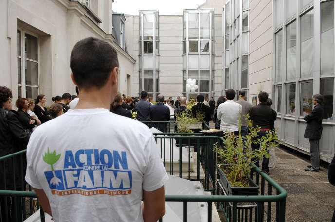Un membre d'Action contre la Faim participe à la cérémonie commémorative du drame de Muttur, le 6 aout 2007 à Paris.