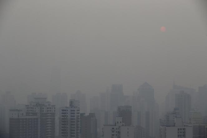 La ville de Shanghaï sous une brume de pollution en février 2015.