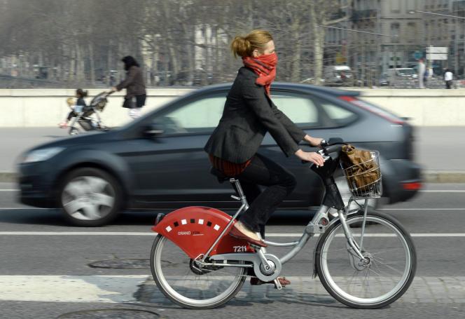 Vélo contre auto, dans les rues de Lyon. AFP PHOTO / PHILIPPE DESMAZES