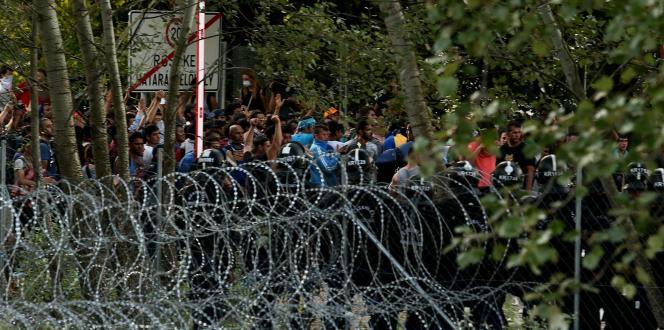 Les « zones de transit » de Röszke et Tompa ont été mises en place après que la Hongrie a érigé des clôtures barbelées le long de sa frontière avec la Serbie et avec la Croatie, en 2015, lors de la crise migratoire.
