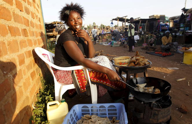 Une vendeuse de samosas, en juillet à Kogelo (Kenya).