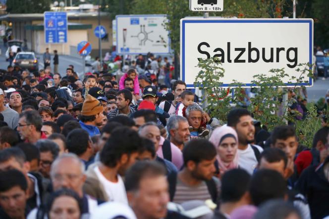 Des migrants attendent de se faire enregistrer juste après avoir franchi la frontière de l'Autriche vers l'Allemagne, à Freilassing, mercredi 16 septembre.