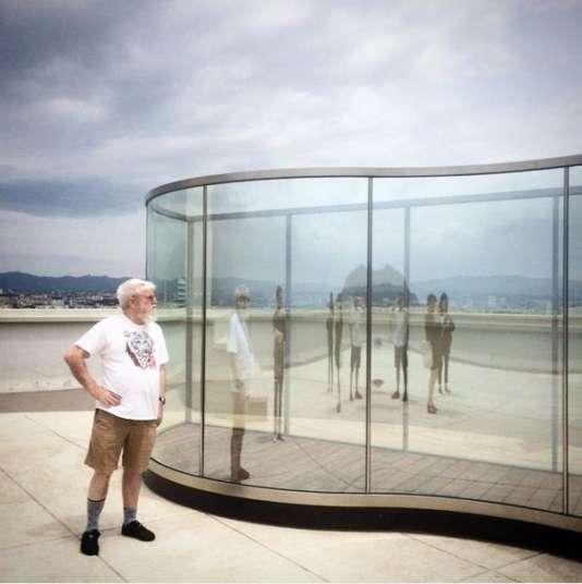 """Dan Graham devant un de ses """"pavillons"""", sur le toit-terrasse de la Cité radieuse du Corbusier, à Marseille."""