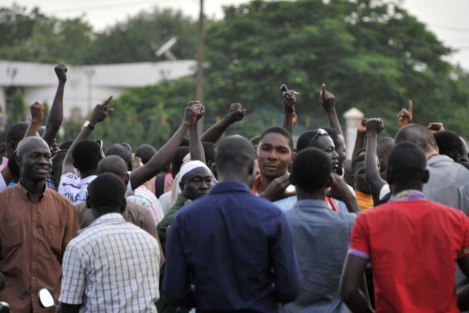 Rassemblement sur la place de la Nation à Ouagadougou, quelques heures après que le président et le premier ministre par intérim ont été arrêtés par un régiment d'élite suspect de loyauté envers l'ancien président Blaise Compaoré.