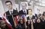 Des partisans de Bashar Al-Assad manifestent leur soutien aux présidents syrien et russes, devant l'ambassade russe de Damas, le 4 mars 2012.