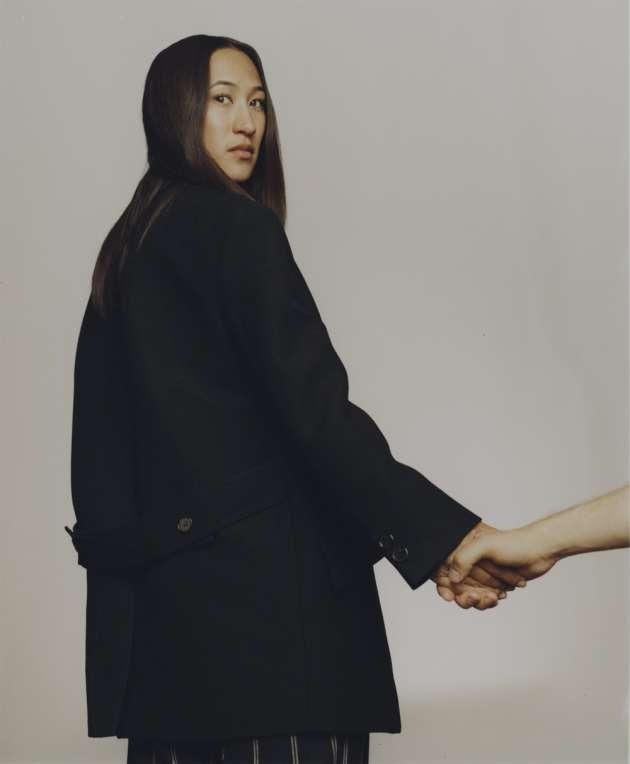 Hanna Tanimura, graphiste. Manteau oversize en laine, Diesel Black Gold. Pantalon en laine, Lanvin.